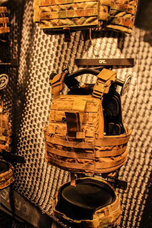 Review: Chaleco plate carrier crye multicam de Rothco Shotshow2015-166